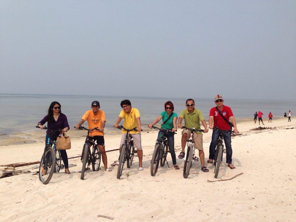 Bersepeda di pulau derawan.