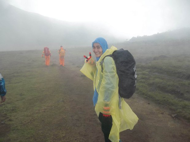 ponco plastik saat naik gunung ketika hujan tiba