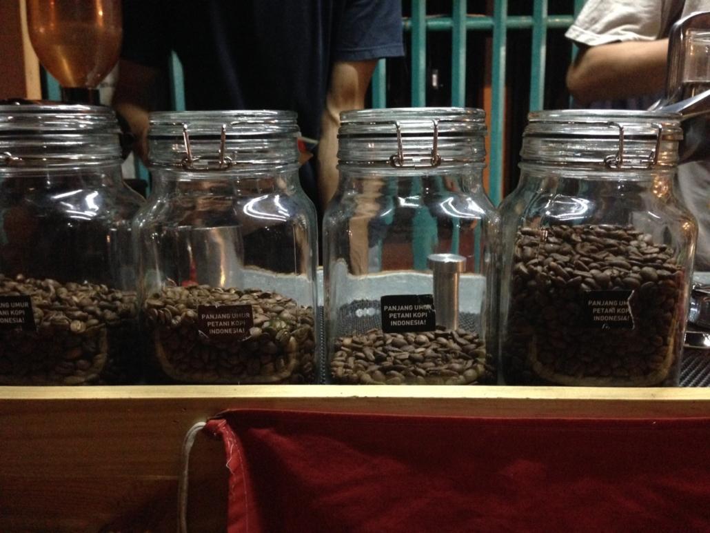 menikmati kopi di tangerang