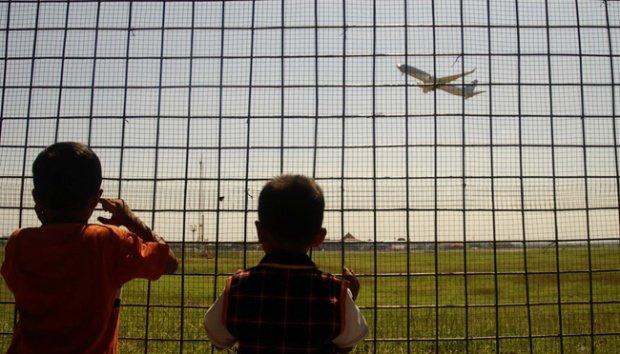 melihat pesawat terbang